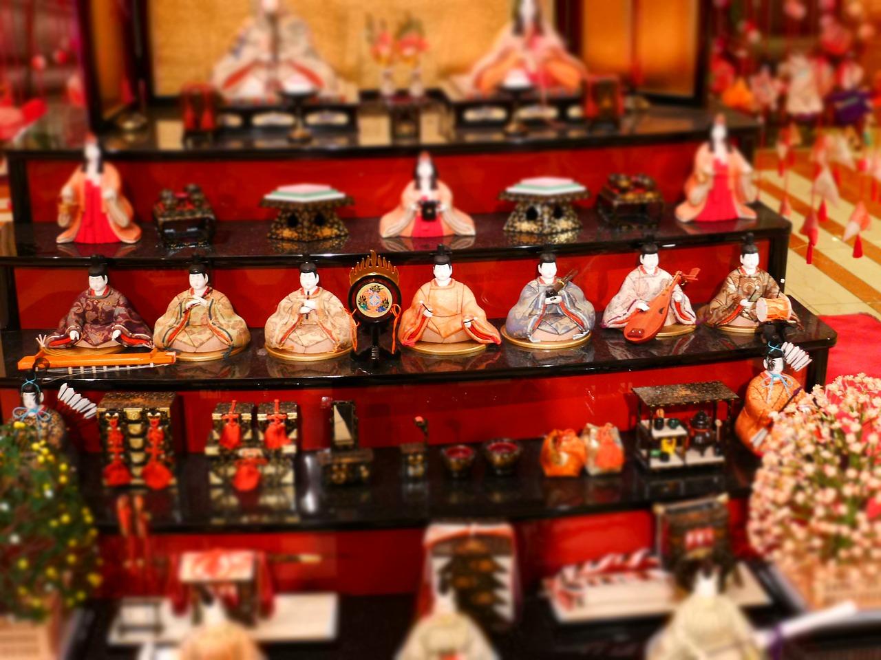 ひな祭りのひな壇とひな人形