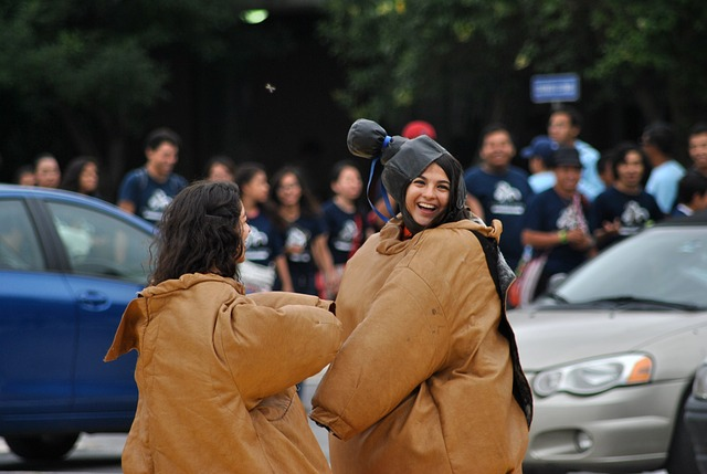 sumo-wrestling 相撲の仮装をした笑顔の女性
