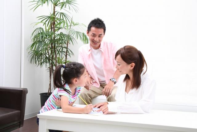 子どもを中心にしている3人家族のイメージ