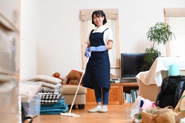 大掃除をする女性のイメージ